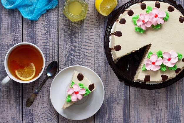 Вкусный праздничный торт с лимонным бисквитным сливочным кремом из грецкого ореха и шоколадной глазурью сервировка праздничного стола плоская планировка вид сверху с копией пространства Premium Фотографии