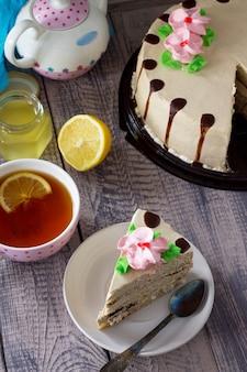 Вкусный праздничный торт с лимонным бисквитным сливочным кремом из грецкого ореха и шоколадной глазурью сервировка праздничного стола Premium Фотографии
