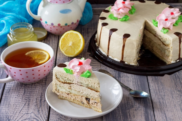 Вкусный праздничный торт с лимонно-масляным кремом из грецкого ореха и шоколадной глазурью сервировка праздничного стола Premium Фотографии