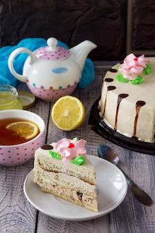Вкусный праздничный торт с лимонно-масляным кремом из грецкого ореха и шоколадной глазурью сервировка праздничного стола