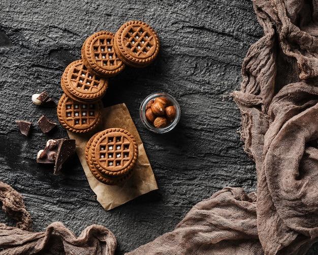 Вкусное печенье с шоколадом и орехами