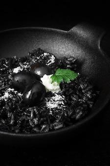 Вкусный черный рис с оливками