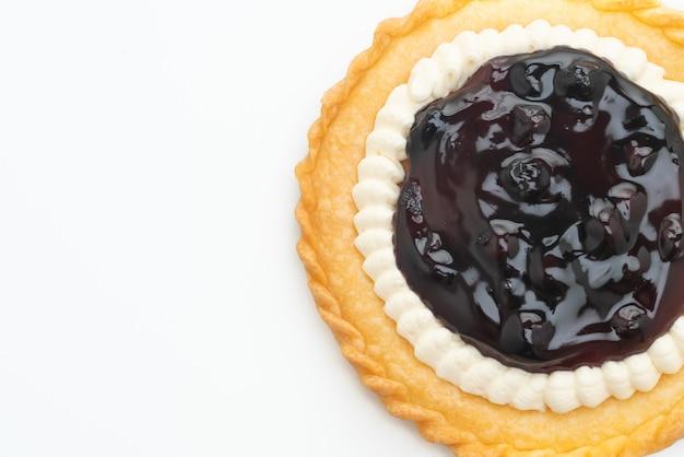 Вкусный пирог с черничным сыром, изолированные на белом фоне