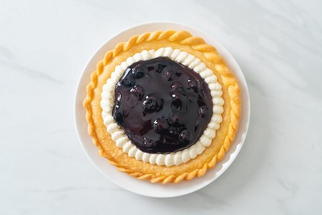 白いプレートにおいしいブルーベリーチーズパイ