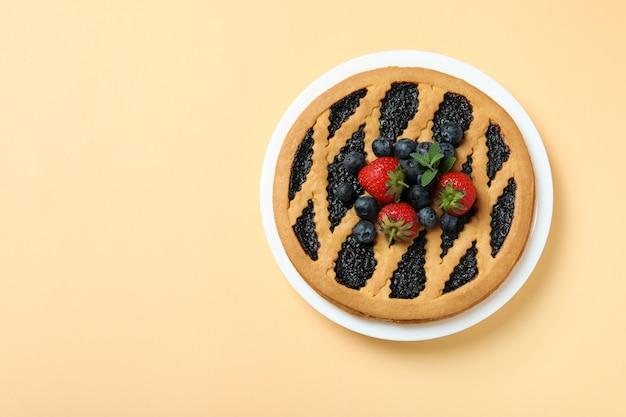 Вкусный черничный пирог на бежевом, вид сверху