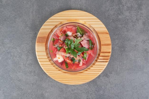 ガラスのボウルに美味しいボルシチのスープ。高品質の写真