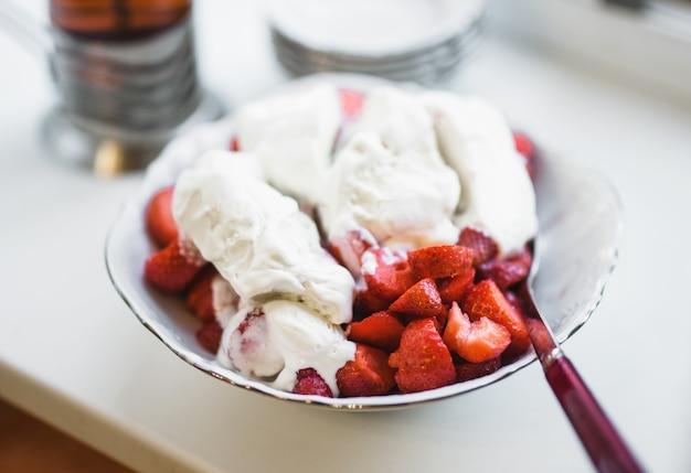 아이스크림과 딸기의 맛있는 그릇.