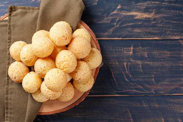 맛있는 브라질 치즈 빵. 라틴 아메리카에서는 chipa, pan de bono 및 pan de yuca로도 알려져 있습니다. 평면도.