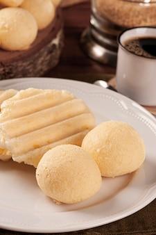 맛있는 브라질 치즈 빵. 라틴 아메리카에서는 chipa, pan de bono 및 pan de yuca로도 알려져 있습니다.