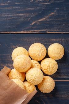 종이 봉지에서 나오는 맛있는 브라질 치즈 빵. 라틴 아메리카에서는 chipa, pan de bono 및 pan de yuca로도 알려져 있습니다.