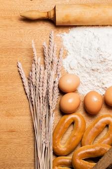 テーブルの上のおいしいパン、ベーグル、卵