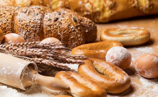 Вкусный хлеб, бублики и яйца на столе