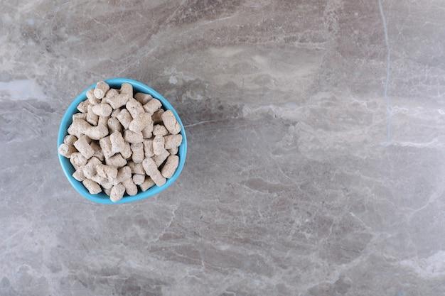 Вкусные панировочные сухари в миске на мраморной поверхности