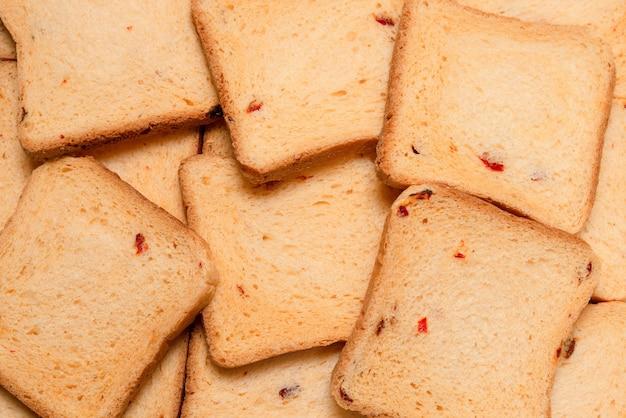 Вкусные ломтики хлеба, изолированные на белой поверхности