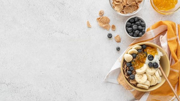 Вкусная композиция для завтрака с копией пространства Бесплатные Фотографии