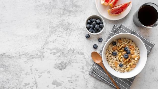 Deliziosa composizione del pasto della colazione con lo spazio della copia