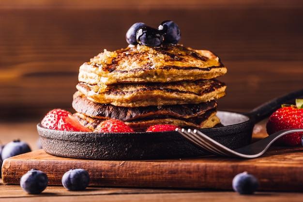 イチゴとブルーベリーを添えたパンケーキのおいしい朝食