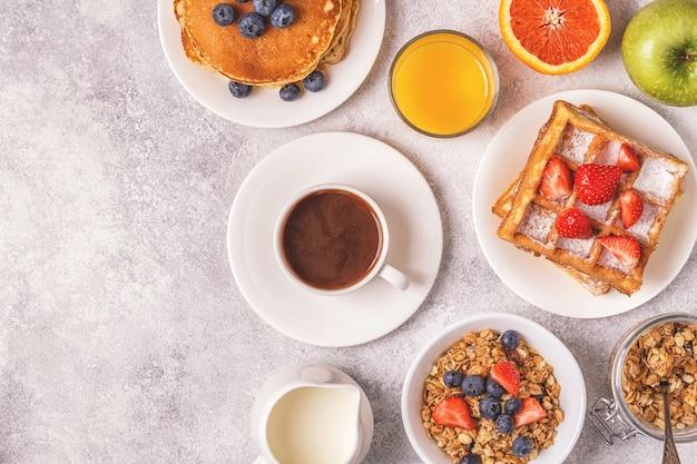 ライトテーブル、上面図、コピースペースでのおいしい朝食。