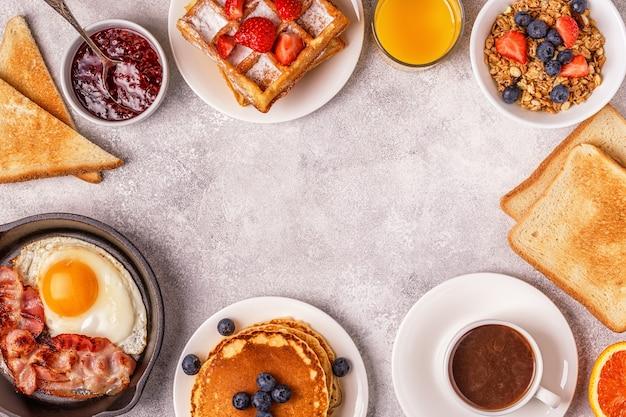 가벼운 테이블에 맛있는 아침 식사.