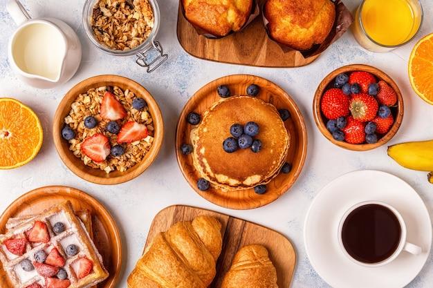 Вкусный завтрак на легком столе