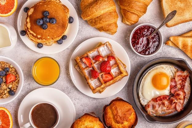 가벼운 테이블에서 맛있는 아침 식사