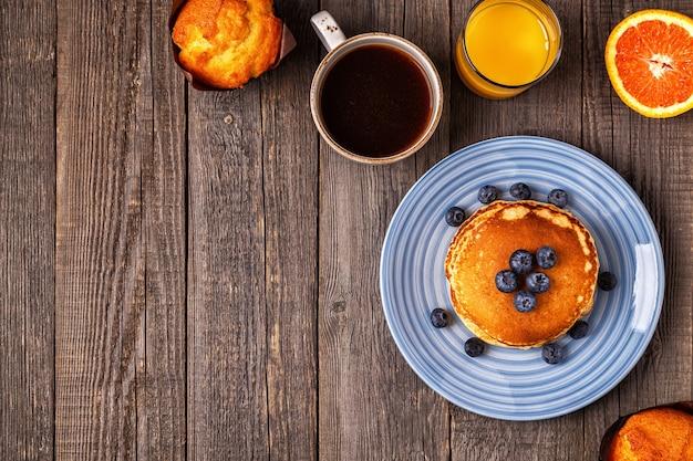 소박한 테이블 상위 뷰 복사 공간에 맛있는 아침 식사