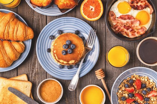 素朴なテーブルで美味しい朝食トップビューコピースペース