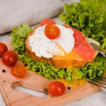 木の板で美味しい朝食