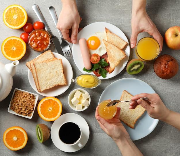 맛있는 아침 또는 점심. 회색 테이블. 사람들이 먹는