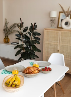 白いテーブルの上にバナナとおいしい朝食