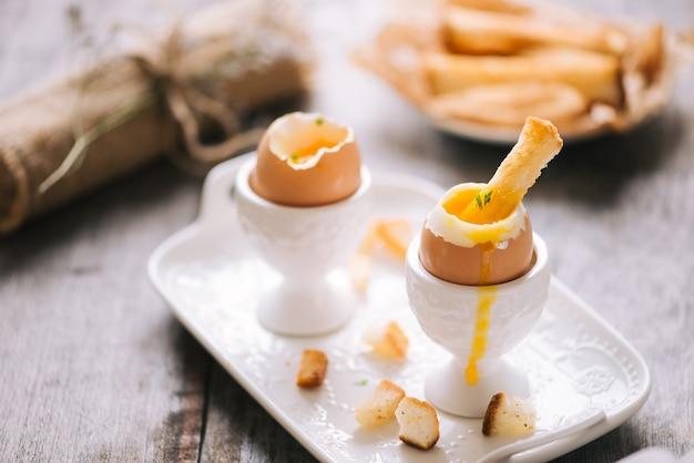 ゆで卵とサクサクのトースト、水平、クローズアップのおいしい朝食