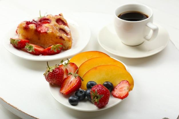 커피와 맛있는 파이로 맛있는 아침 식사