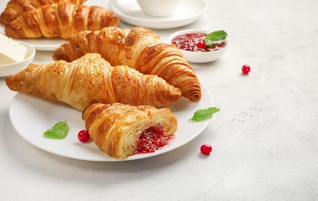 신선한 크루아상 및 흰색 잼 맛있는 아침 식사.