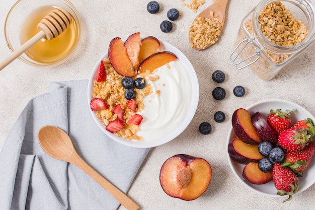 Вкусный завтрак с фруктами и йогуртом