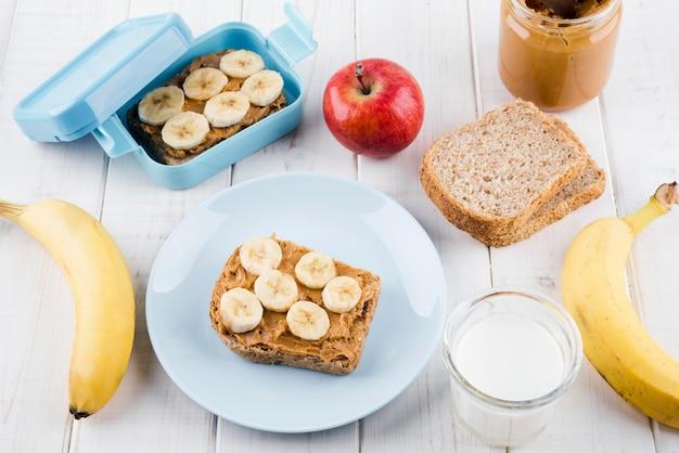 Вкусный завтрак с органическими фруктами