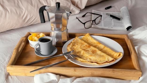 Вкусный завтрак с блинами на тарелке