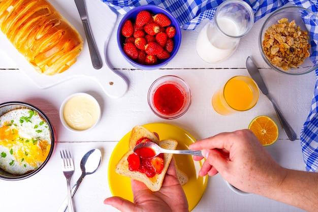 딸기 잼으로 맛있는 아침 식사