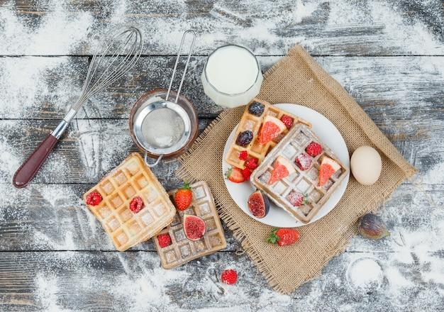 Вкусный завтрак с вафлями и фруктами