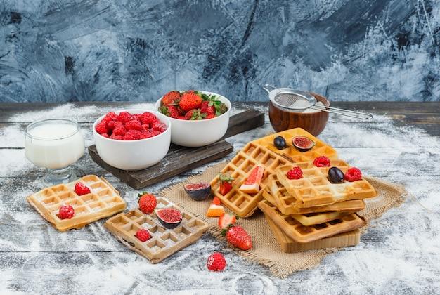 와플과 과일로 구성된 맛있는 아침 식사