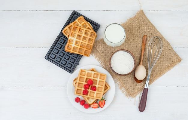와플, 우유, 딸기로 구성된 맛있는 아침 식사