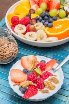 요구르트와 과일로 구성된 맛있는 아침 식사 프리미엄 사진