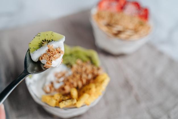 Вкусные завтраки из фруктовых йогуртов, мюсли, чиа и сиропа.