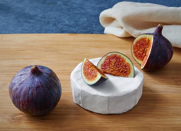 木の板にイチジクとおいしいブリーチーズ