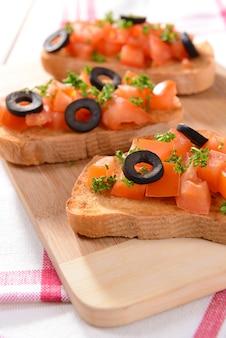 まな板の上のトマトのおいしいブルスケッタ