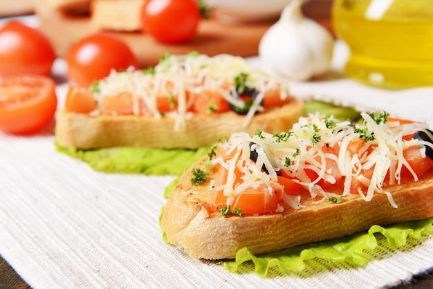 테이블 클로즈업에 토마토와 함께 맛있는 브루스케타