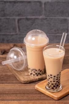 Вкусный пузырьковый чай с молоком с трубочкой в стакане