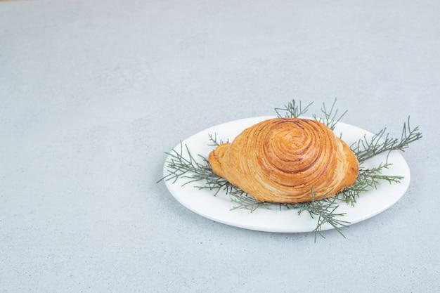 Delizioso panino con carne e carota su superficie bianca