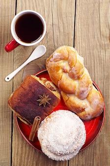 木製のテーブルに美味しいパンと熱いお茶を。上面図