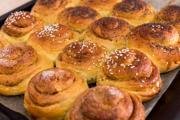 Вкусные булочки, запеченные с маком на подносе. домашняя выпечка
