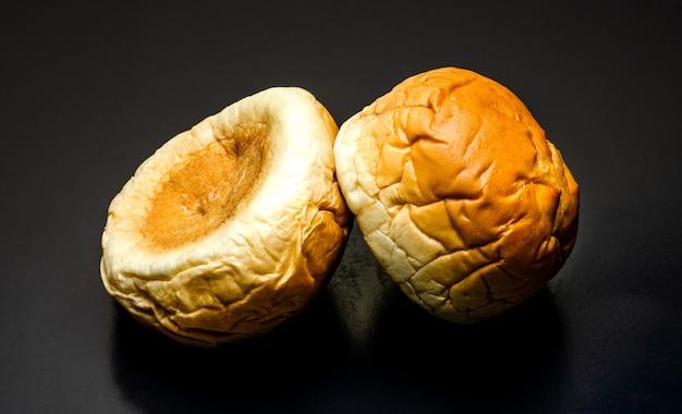맛있는 버거 빵은 질감 있는 어두운 배경에서 보기를 닫습니다.